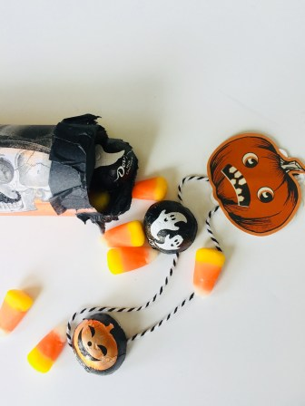 how to make a mini pinata, place setting crackers, how to make toy crackers, Halloween place setting favors, candy favors, party favors, Halloween crafts for kids, easy crafts, paper crafts, vintage crafts, vintage Halloween,