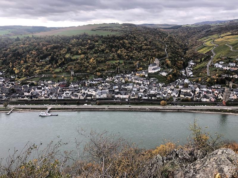 Blick-vom-Rheinsteig-auf-eine-Stadt-im-Tal-am-Rhein