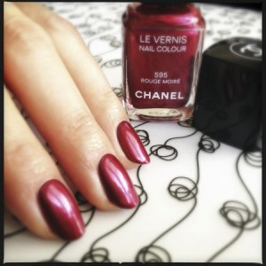 Chanel Le Vernis in 595 Rouge Moiré