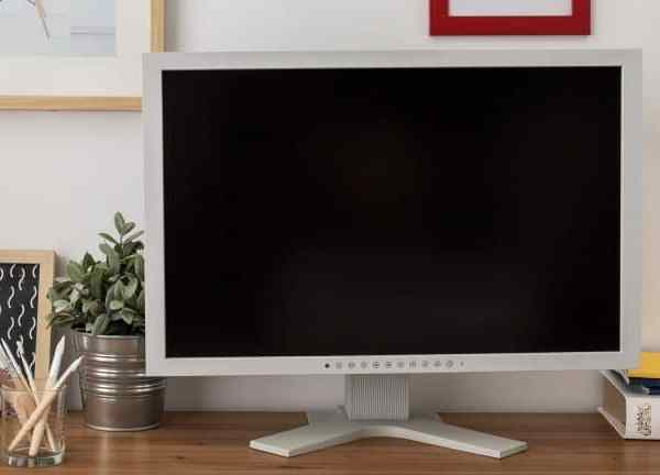 It is classified in hertz (Hz) and refers to the frequency with which the screen refreshes or updates the image every second.