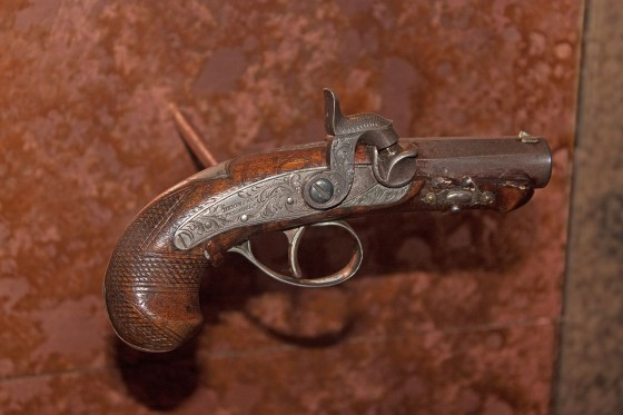 1280px-Gun_used_to_assassinate_Abraham_Lincoln_on_display_at_Ford's_Theatre,_Washington,_D.C