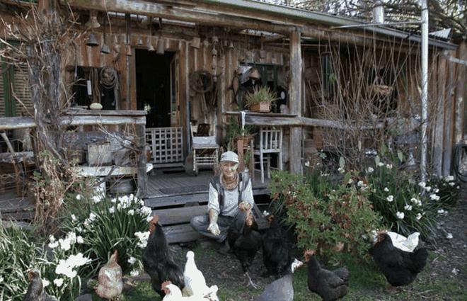 Conheça a mulher que vive há mais de 30 anos de sua horta e gasta U$80 por semana