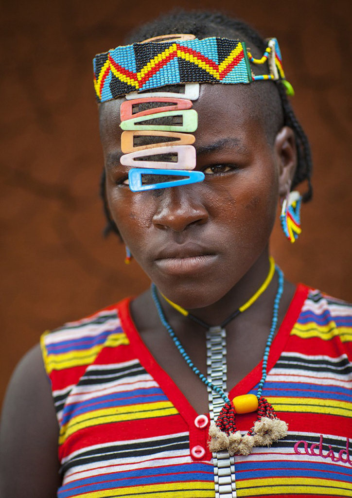 Tribo-Daasanach-tribo-africana-que-recicla-lixo-transforma-o-em-acessorios_06