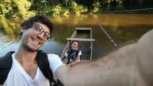 Atravessando o rio para chegar no Centro Agroflorestal