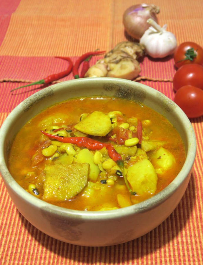 Aalu Tama (Potato Black-eyed beans Bamboo shoot Soup)
