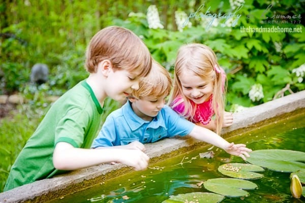 kids_playing_in_water