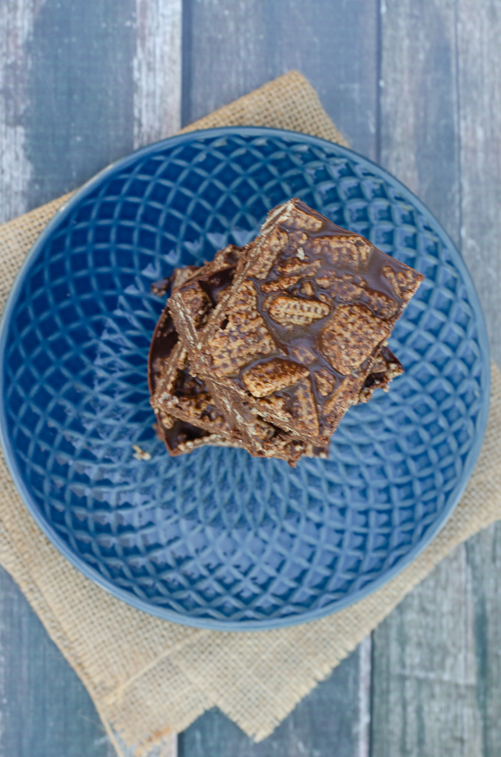 An easy no-bake recipe for vegan chocolate crunch bars! Made with maple syrup or stevia, these are not only healthy but also tasty and quick. Refined sugar-free and gluten-free, but still filled with lots of goodness.
