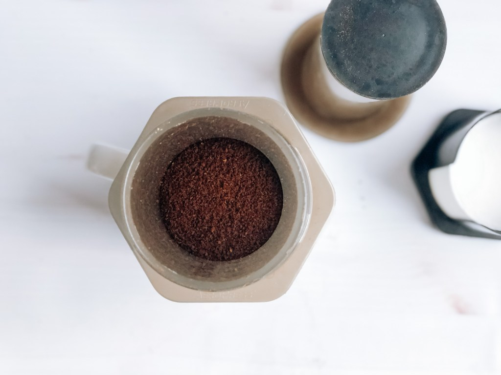 Adding coffee grounds to aeropress chamber