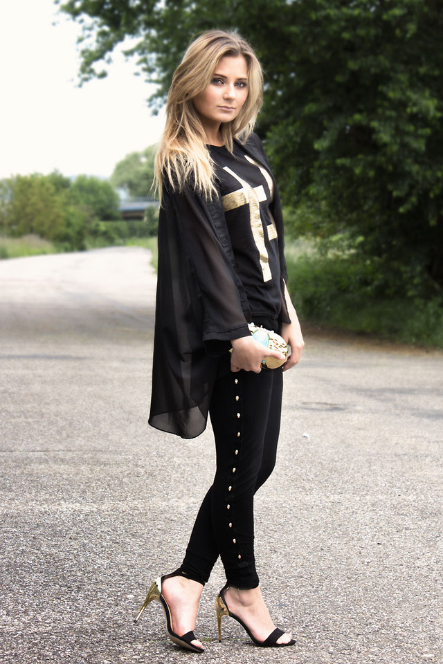 d0bd70ff1 If you want to dress up your leggings for the office, try a pair of kitten  heels. This look is also amazing for a slightly dressed-up causal outfit  for the ...