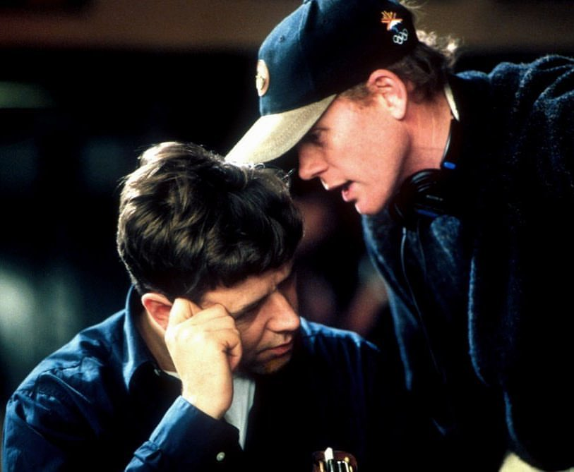 Ron Howard with Russell Crowe behind the scenes in 'Beautiful Mind' (2001)