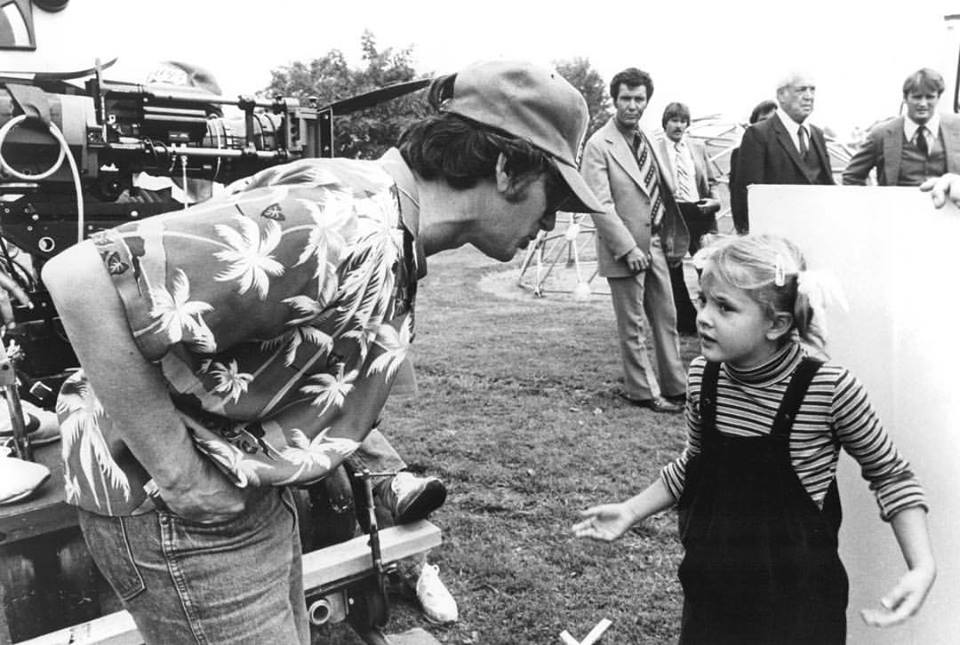 Intense discussion between Steven Spielberg and Drew Barrymore on the set of