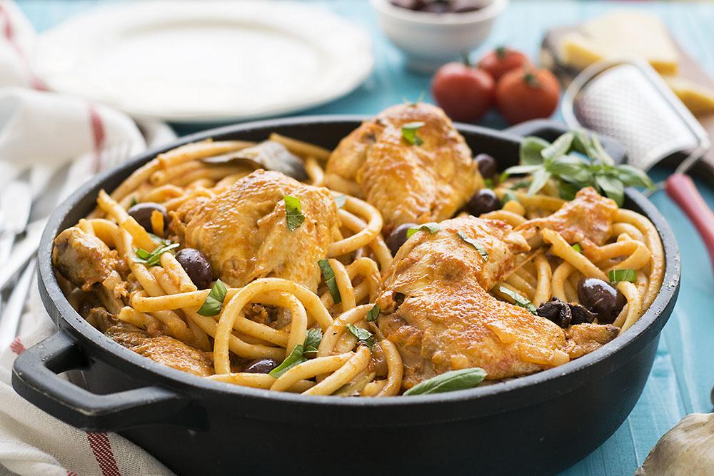 Κοτόπουλο κοκκινιστό με μακαρόνια (του κυνηγού) 2