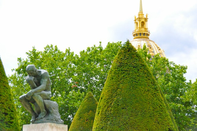 The Thinker with a view of the Dome that houses Napoléon's tomb