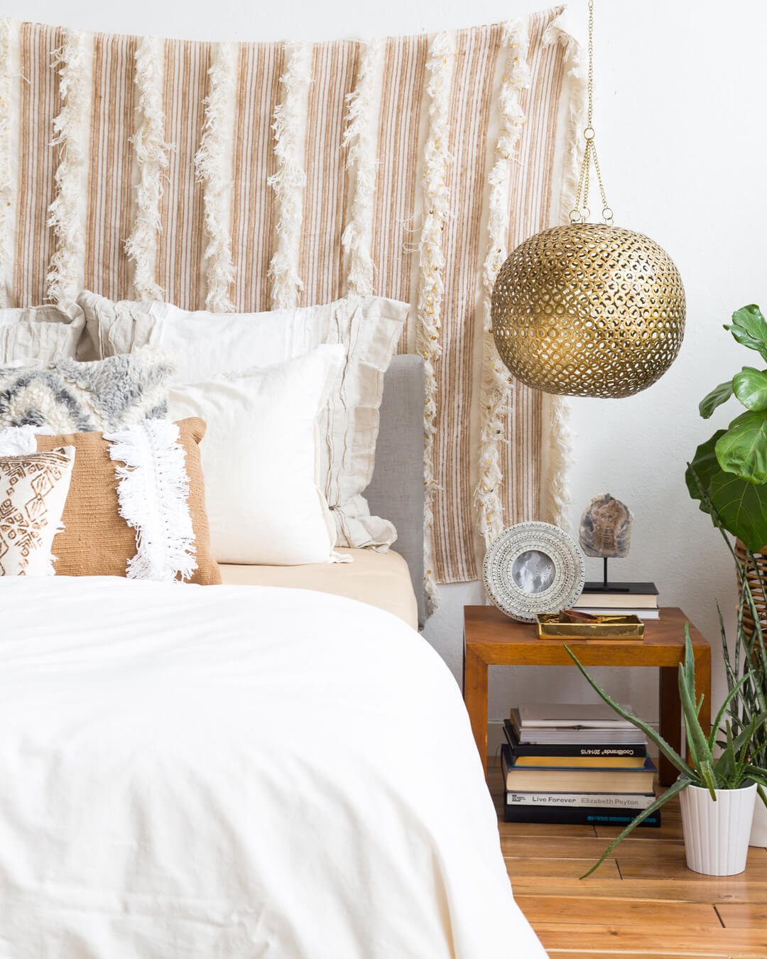 Emily_Henderson_1_Bed_Styling_02
