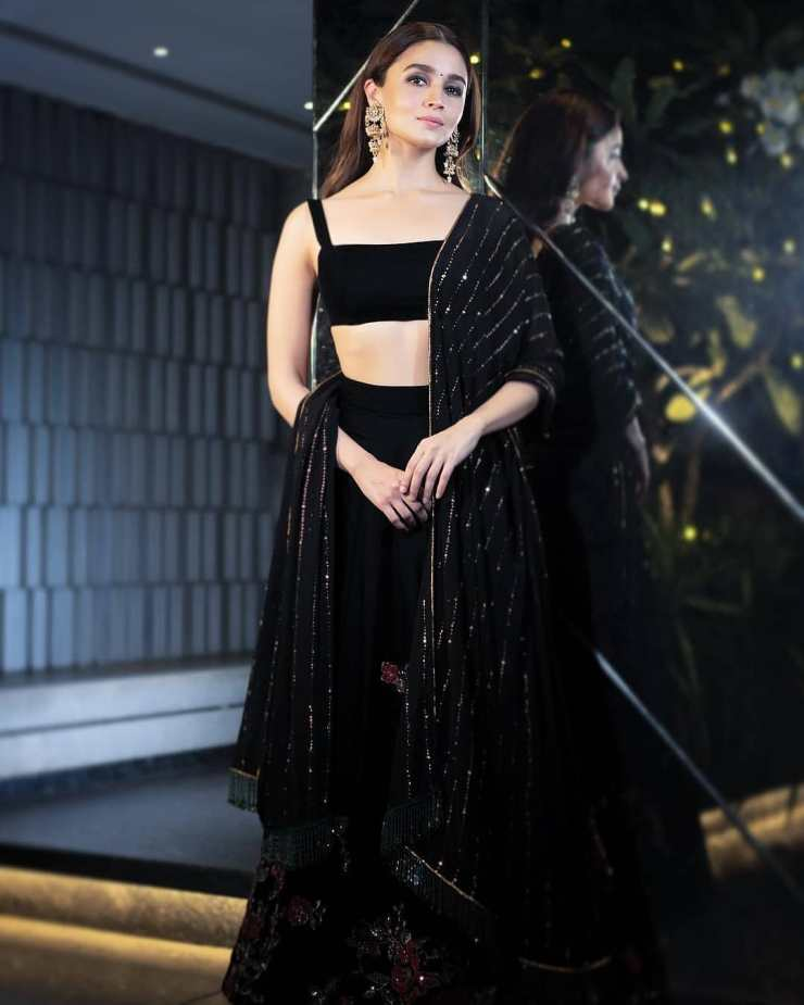 Courteously To All The Beautiful Ladies, Alia Bhatt Was The Best Dressed Celeb At Shahrukh Khan's Big Diwali Bash (5)