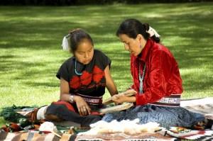 Handscart favorise l'artisanat : une femme navajo enseigne à une jeune fille navajo le savoir faire de la laine