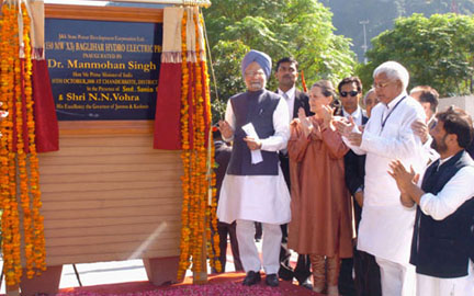 The Prime Minister, Dr. Manmohan Singh unveiling the plaque to inaugurate the 450 MW Baglihar Hydro Electric Project of J&K State Power Development Corporation Ltd., in Jammu & Kashmir on October 10, 2008. The Chairperson, UPA, Smt. Sonia Gandhi and the Union Minister for Railways, Shri Lalu Prasad are also seen.