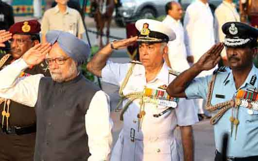Prime Minister Dr Manmohan Singh laid wreath at the Amar Jawan Jyoti, India Gate on Sunday, July 26, 2009 to mark the Kargil Vijay Diwas. He was accompanied by the Chief of Naval Staff, Admiral Sureesh Mehta, Vice Chief of Air Staff, Air Marshal PK Barbora and the Vice Chief of Army Staff, Lt. General Noble Thamburaj. Defence Minister Shri AK Antony and Minister of State for Defence, Dr MM Pallam Raju are also seen in the distance.