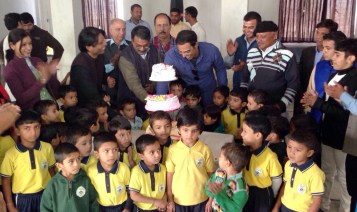 vindu Dara Singh with DPS School Students at cake cutting