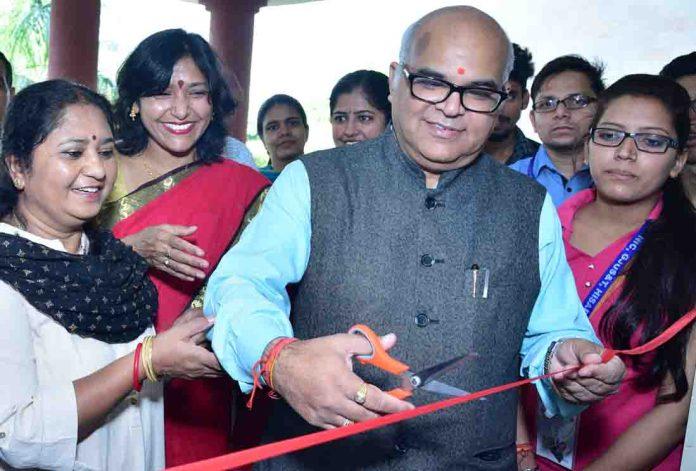 रक्तदान शिविर का शुभारम्भ करते हुए विश्वविद्यालय के कुलपति प्रो. टंकेश्वर कुमार, उनकी धर्मपत्नी डा. सुनीता श्रीवास्तव