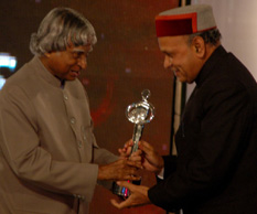 "Dr. A.P.J. Abdul Kalam, former President of India presenting ""Diamond State Award"" for environment to Prof. Prem Kumar Dhumal, Chief Minister of Himachal Pradesh in a function organised at Hotel Taj Palace in New Delhi last night."