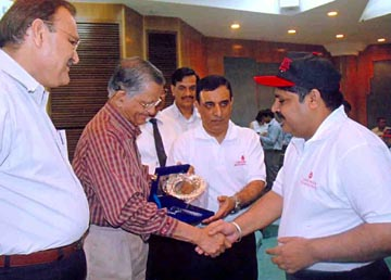 Photo Caption :: Uttaranchal & Sikkim Ex-Governor Sh Surinder Aggarwal and ISBTI Secretary General Dr R N Makroo presenting Centurion Blood Donor Award to Chnadigarh Journo Bhupinder Nagpal for donating blood 113 times