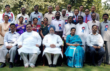 The Prime Minister, Dr. Manmohan Singh with the National Teacher Award-2007 winners, in New Delhi on September 04, 2008. The Ministers of State for Human Resource Development, Shri M.A.A. Fatmi and Smt. D. Purandeswari are also seen.