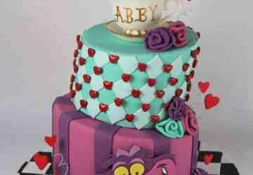 http://lilmisscakes.com/2014/alice-in-wonderland-cake/img_8925
