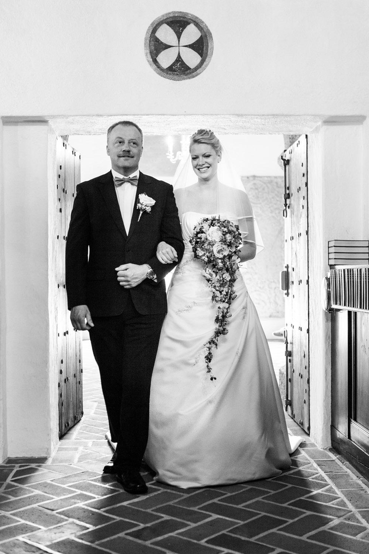 Stolt far følger bruden ind i kirken til bryllup