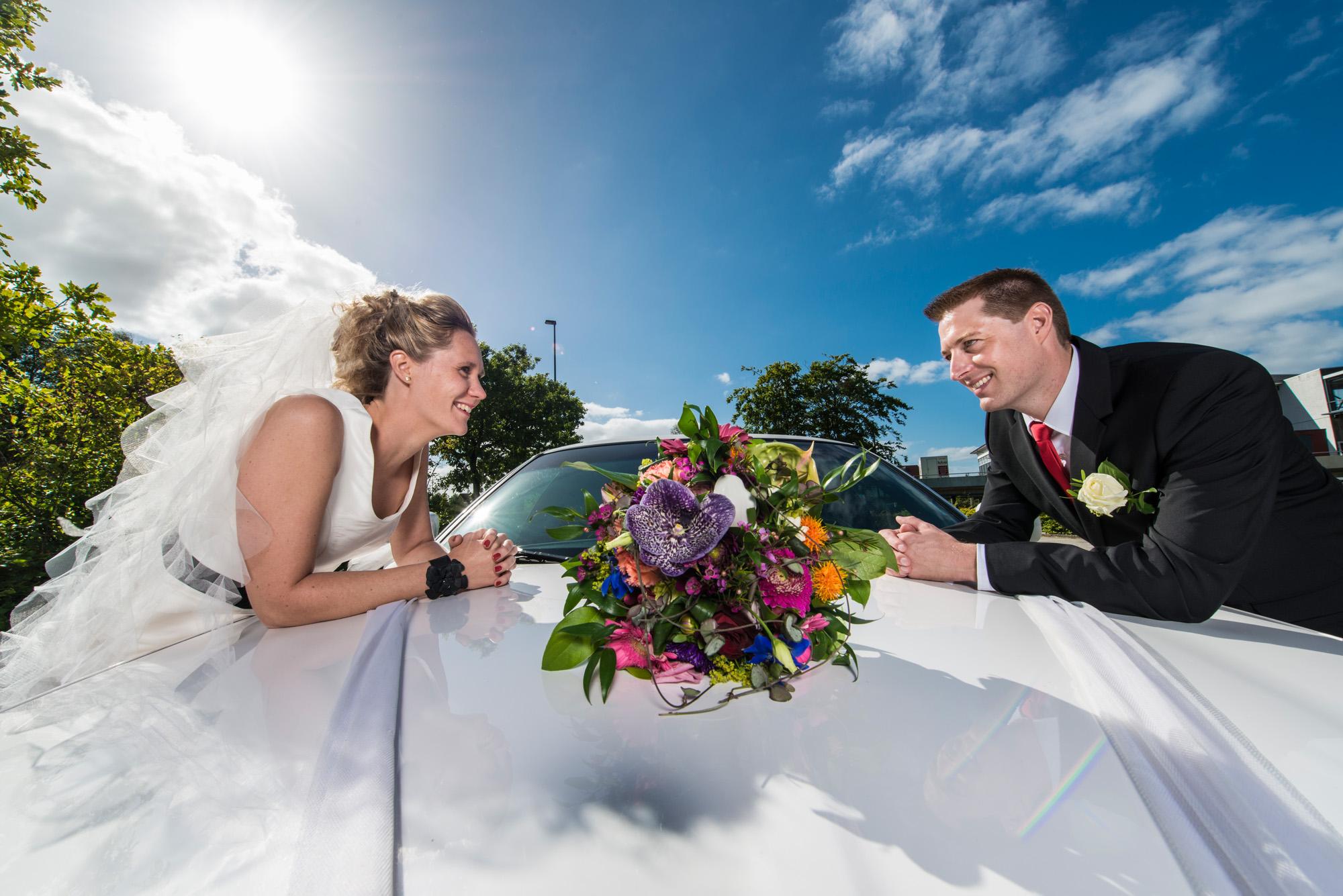 Bryllupsfotografering over bryllupskareten