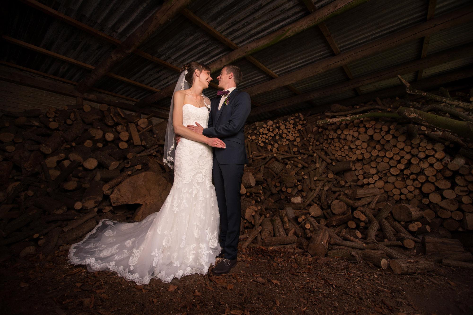 Krælighed i brændeskuret – kreative bryllupsbilleder