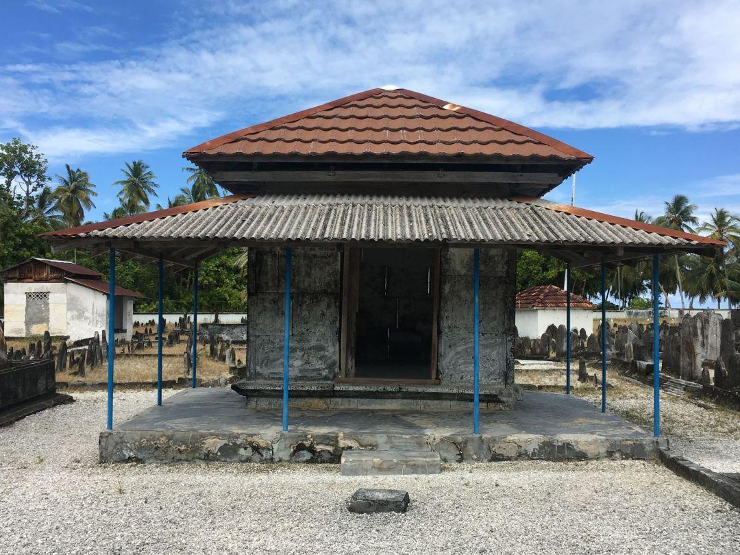 900-year-old Fandiyaaru mosque inside the Koagannu cemetry