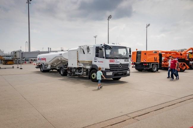 Ein Tankwagen, der zur Betankung der durstigen Flugzeuge dient.