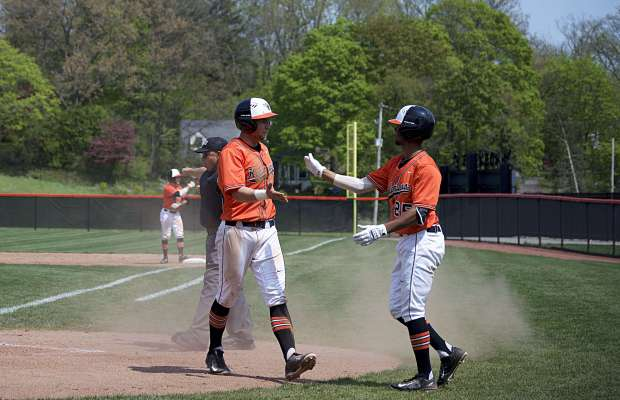 First-year Jordan Wiley celebrates scoring some runs with a teammate, as his excellent baserunning has been key to the Hornets success all year long (Beatriz Feijoo / Index)