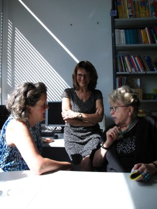 Chancellor of the University Ursula Woell talking with Gerlinde Engel