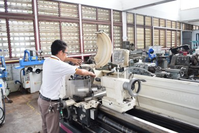 Phonesavanh Chachueyang, metal machinery trainer at the LGTC, works with a milling machine