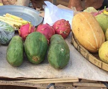 Green and orange papaya on the market