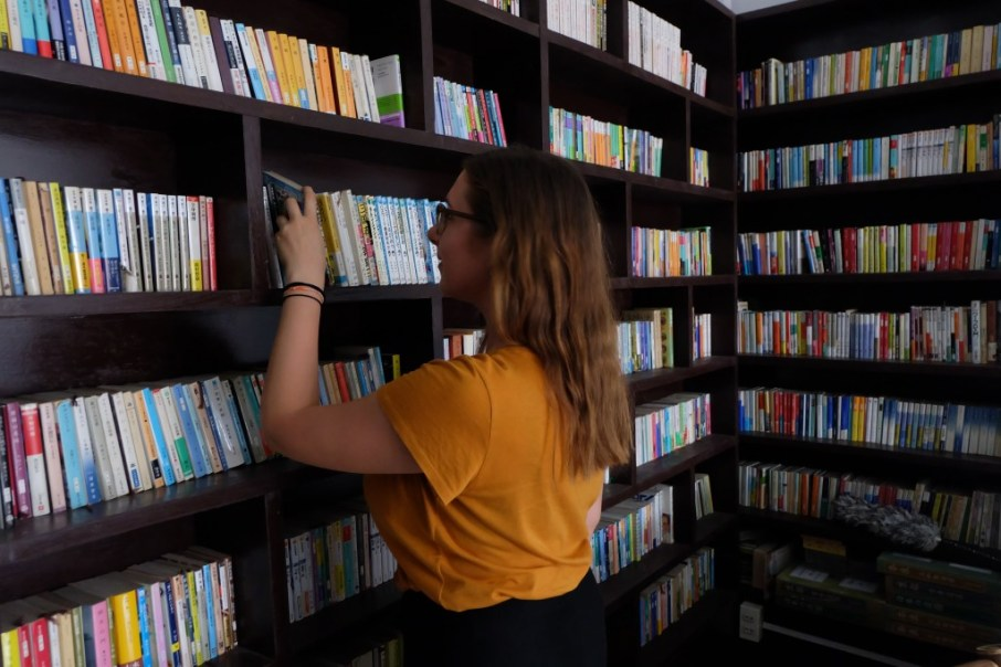 ... and Jasmin looks for some English books in the little library upstairs.