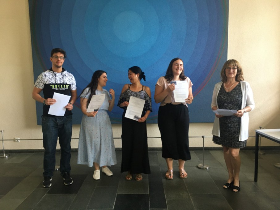 David, Laura, Phi Ha, and Jacqueline are happy to reunite and receive their certificates from Prof. Dr. Isabel Martin!.