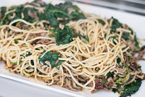 Recept: ovenschotel met spinazie, mozzarella, spaghetti en trostomaatjes