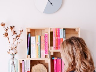 Een boekenkast van kisten