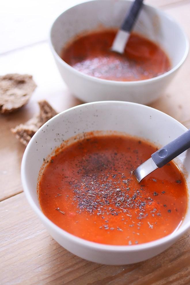 Soep van geroosterde rode paprika