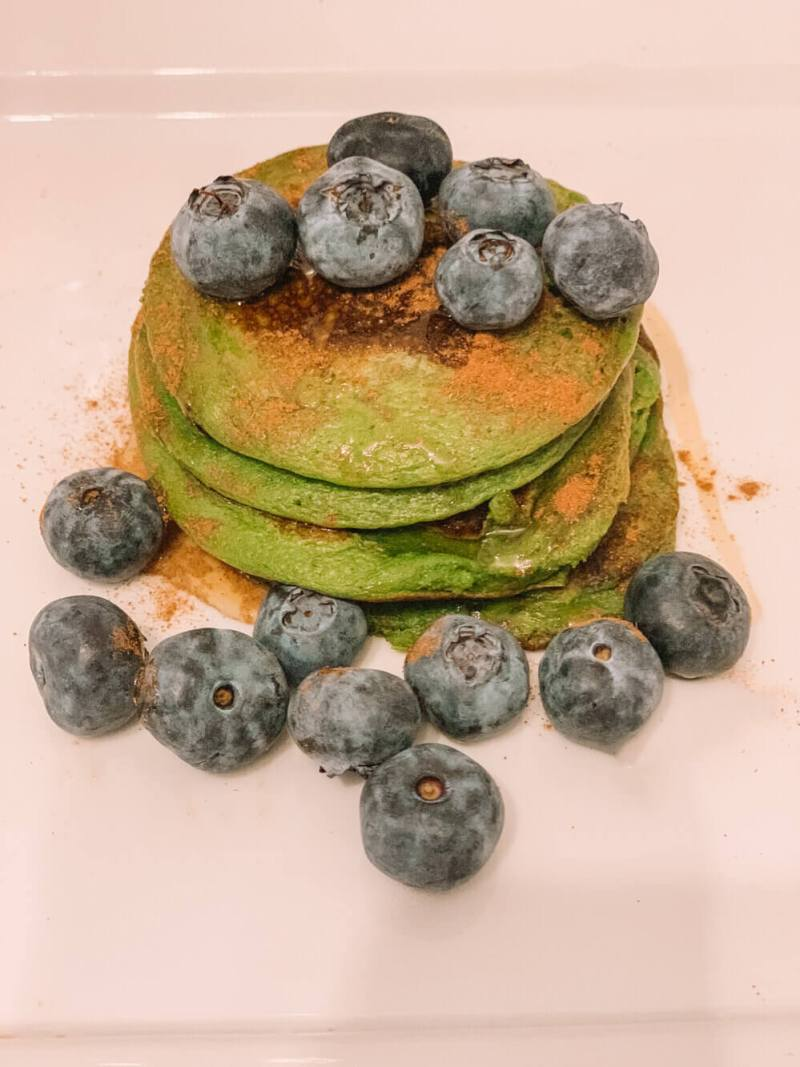 Easy-healthy-oatmeal-pancakes-with-blueberries