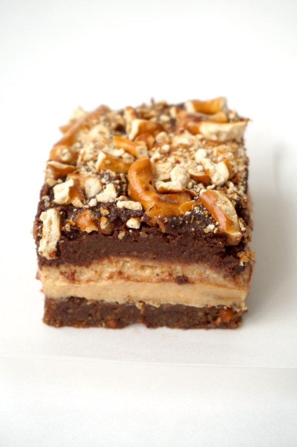 Magic Peanut Butter Pretzel Bar | thelittleredspoon.com