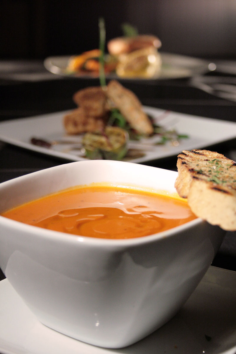Food-photography-tomato-soup-with-bread