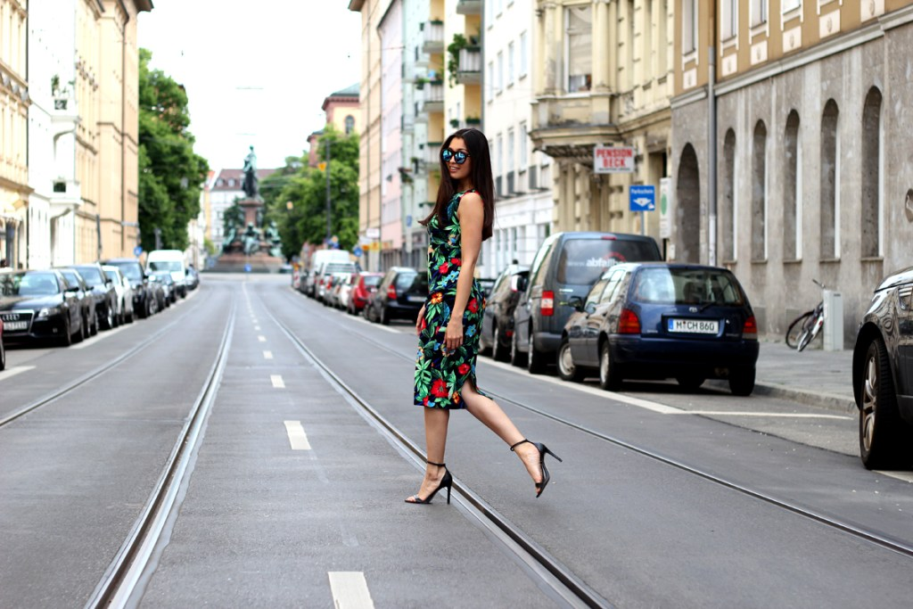 Tropical-Feelings-Print-Little-Mistress-Dress-LeSpecs-Sunnies-Zara-Heels-Streetstyle-Summer-Look