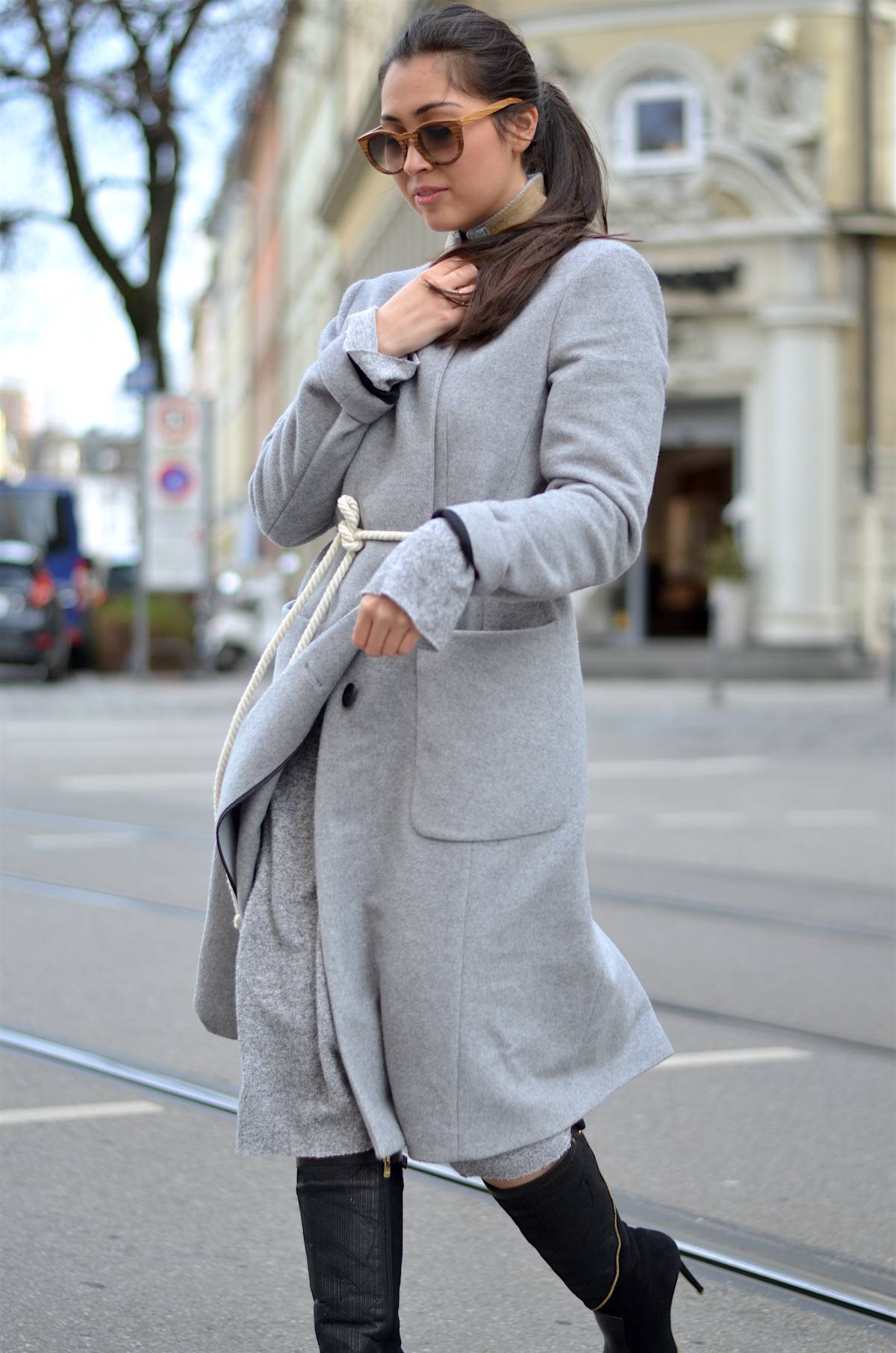 The Long Grey Wool Coat - Ootd - Streetstyle - Munich - Black Boots - Schwarze Stiefel - Fersengold - René Lezard - Mantel - Kerbholz Sonnenbrille - Ponytail - Glockenbach München