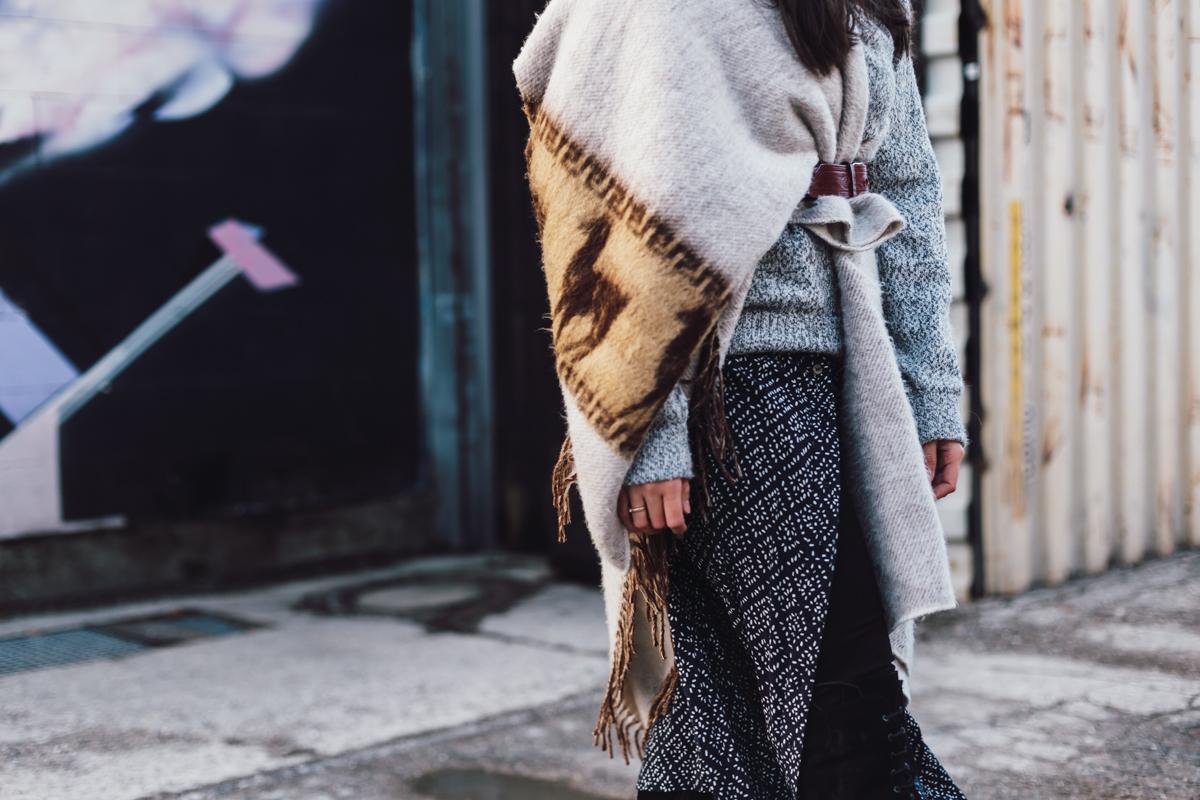 Poncho Look – Streetstyle München – Modeblog DE – Layering im Winter – Pulli über Kleid – warmer Winterlook – Winteroutfit