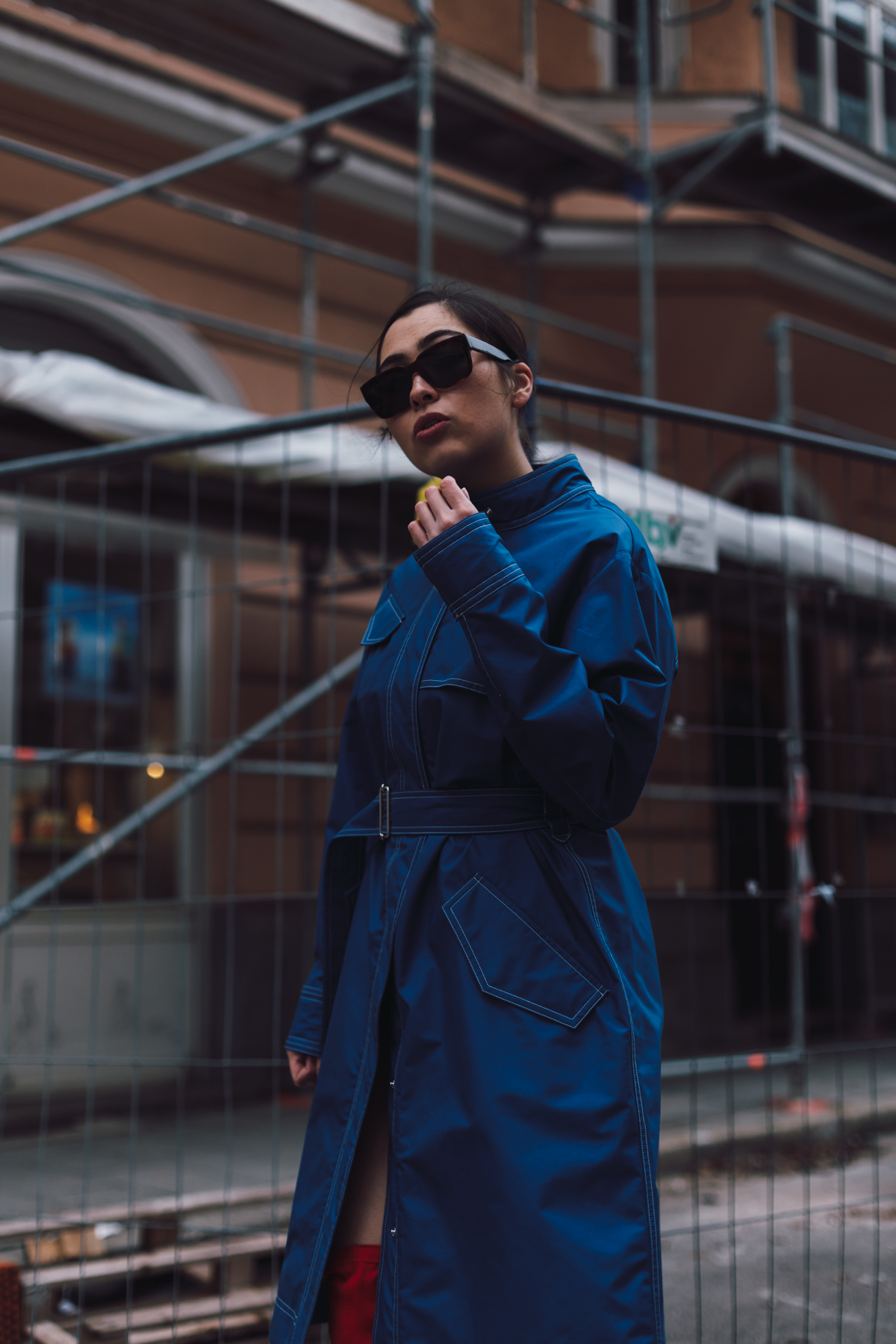 Trenchcoat – Belstaff SS18 – Streetstyle Munich – Fashionblog DE – edgy streetstyle – ootd – red overknees - public desire - marni sunnies