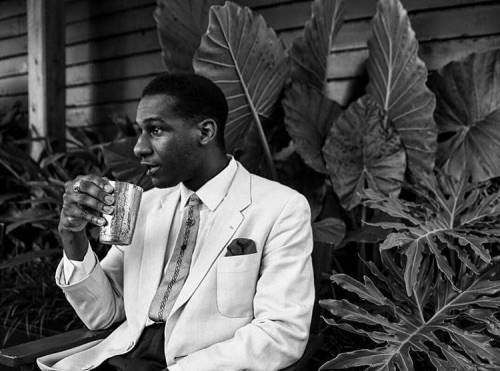 Leon Bridges sippin